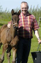 Harald Andresen mit Fohlen